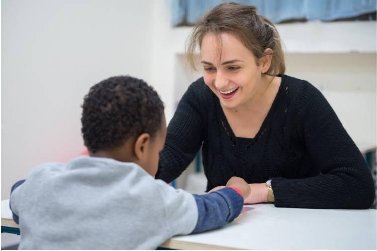קלינאית תקשורת עם תלמיד