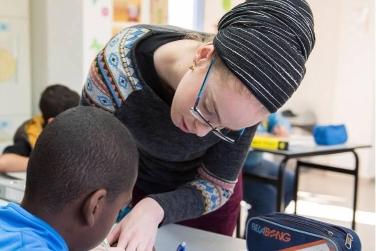 מורה ותלמיד פותרים תרגיל