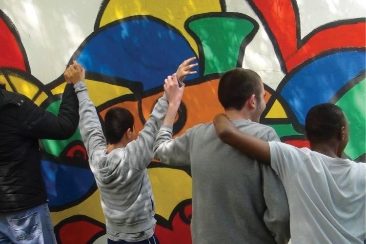 תלמידים משחקים בחצר