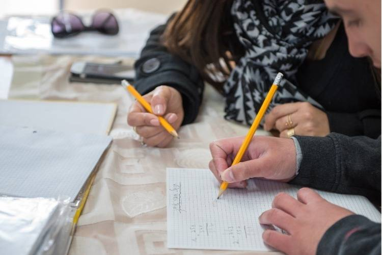תלמיד ומורה פותרים תרגיל בחשבון