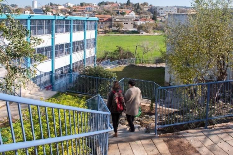 תלמידה ומורה הולכות בחצר בית הספר