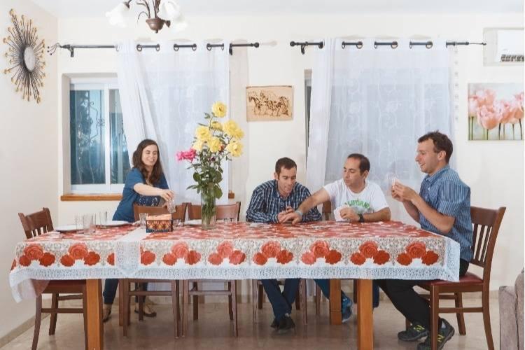 חבר'ה משחקים קלפים על שולחן