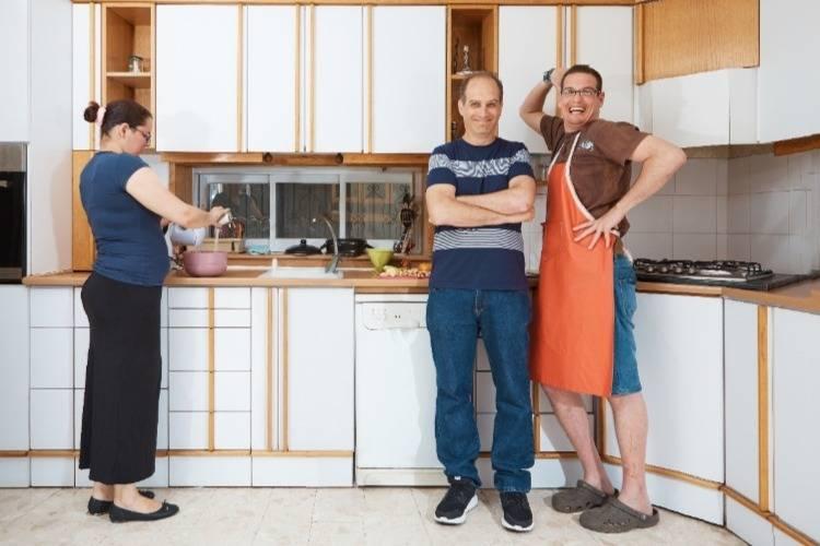 חבר'ה מבלים במטבח