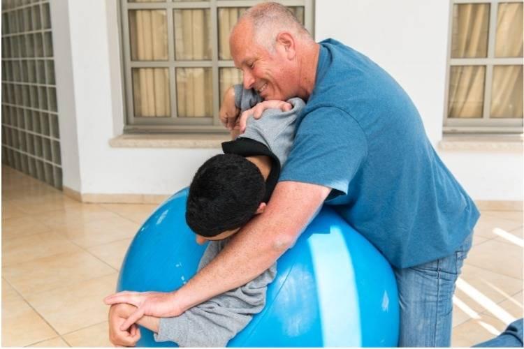 טיפול פיזיותרפיה על כדור פיזיו