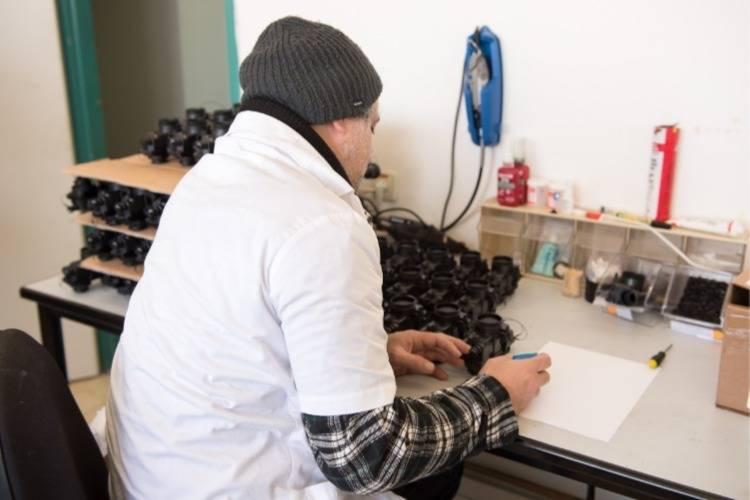 עובד מכין משקפות במפעל