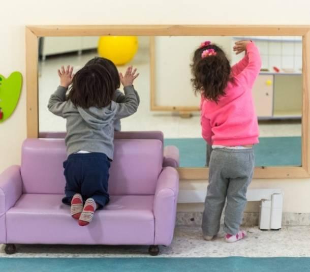 ילדים משחקים עם המראה במעון