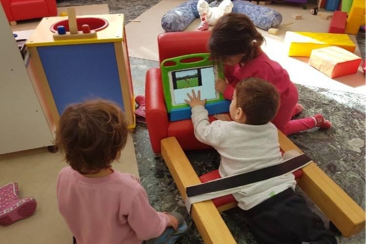 ילדים משחקים בגן