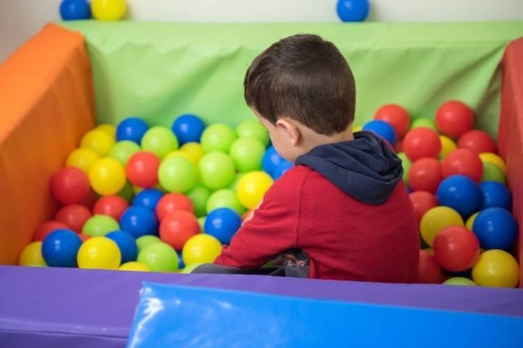 ילד משחק עם כדורים