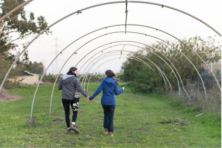 ילדה ומדריכה מטיילות בשדה